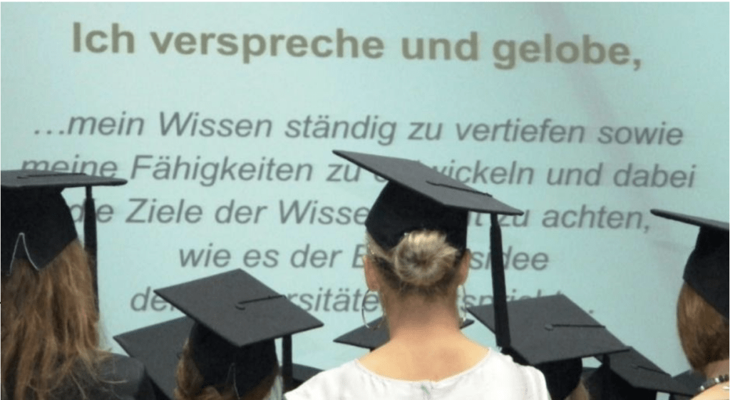 Student*innen bei Graduierungsfeier