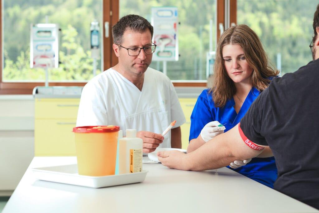 Pflege-Fachassistenz Schüler*in in der Praxis